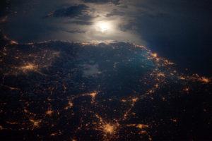Bilde av jorda tatt fra stratosfæren og som viser hvor det er lys.