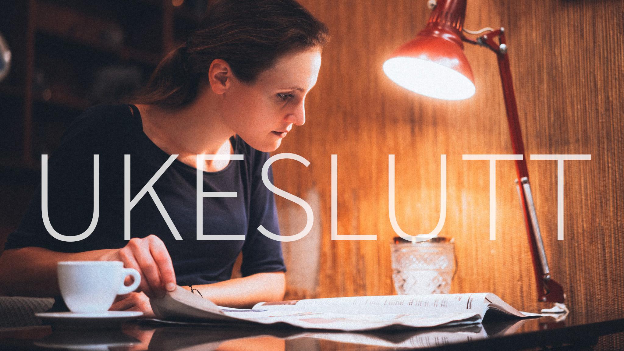 """En kvinne leser en avis på en kafe. Over bildet står teksten """"Ukeslutt""""."""