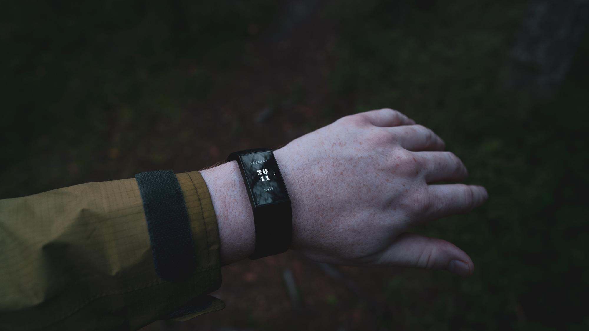 En hånd med en smartklokke.