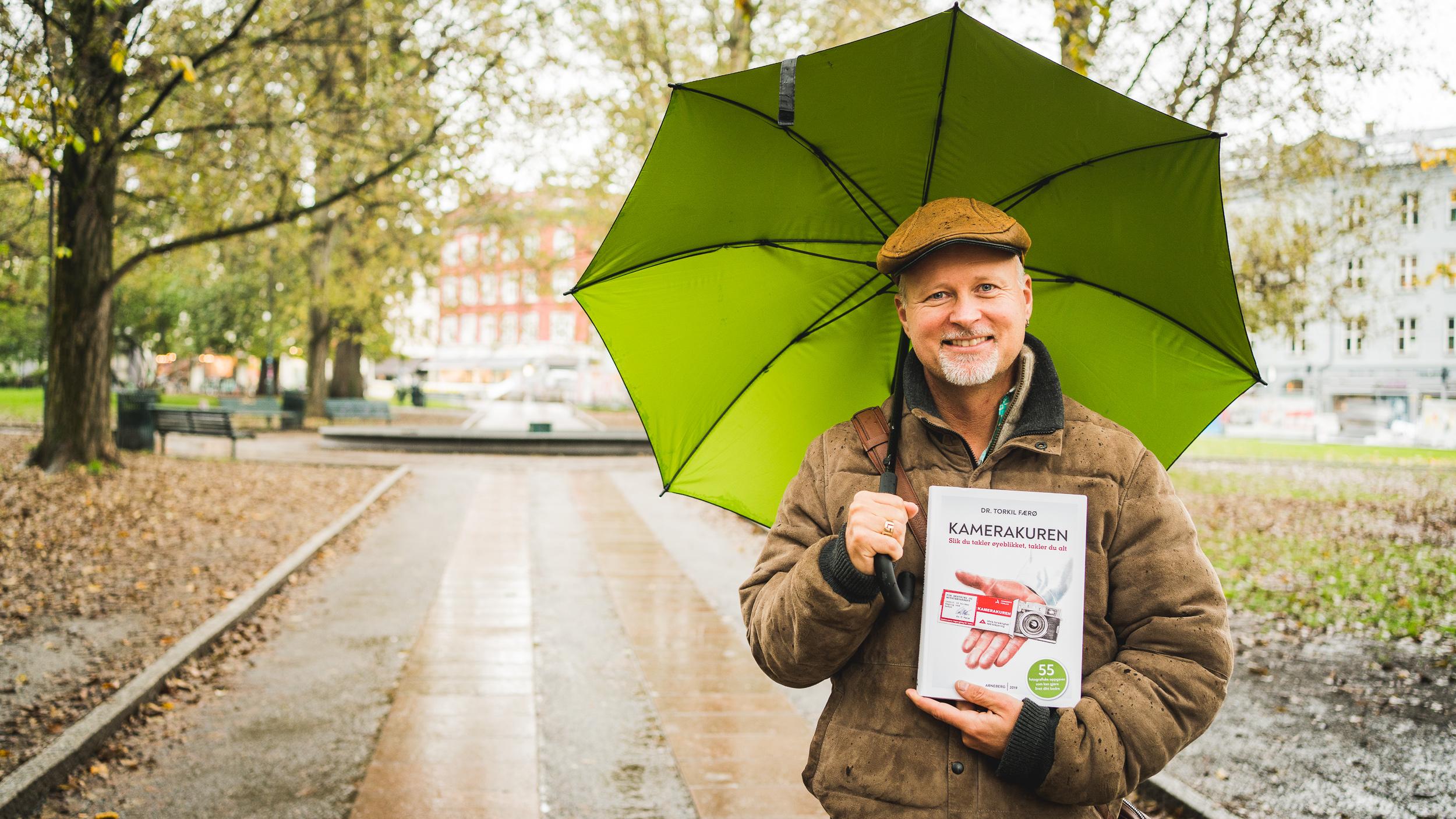 Torkil Færø viser fram boka Kamerakuren